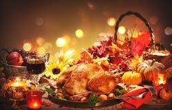 Pavo entero asado en la tabla festiva para el día de la acción de gracias Imagen de archivo libre de regalías