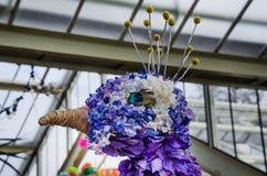 Pavo real hecho de pétalos florales Foto de archivo