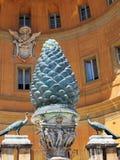 Pavos reales de bronce y Pinecone, Vaticano, Roma, Italia Imagenes de archivo