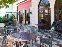 Pavos reales en las tablas en café de la calle en las zonas tropicales Imagenes de archivo