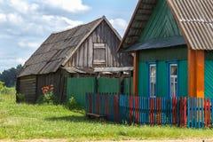 Pavots sur un fond d'une maison de village Photos libres de droits