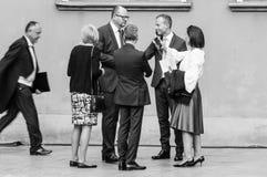 Pawel Bogdan Adamowicz, der mit Leuten toking ist Adamowicz wurde auf Stadium am großen Orchester erstochen stockfotografie