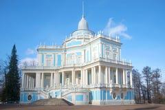 Pawilon & x22; Ślizgać się Yill& x22; zbliżenie Marcowy popołudnie Pałac park Oranienbaum Obraz Stock