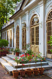 Pawilon Mała szklarnia przy lato ogródem Obraz Royalty Free
