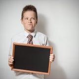 Pawkyschooljongen met leeg bord Royalty-vrije Stock Fotografie