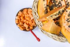 Pawpa, melonowiec w trzcina owocowym koszu na drewnianym tle/ Fotografia Stock