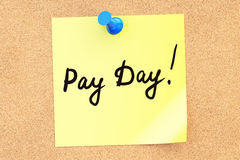 Pay Day! Text on a sticky note pinned to a corkboard. 3D renderi Royalty Free Stock Images