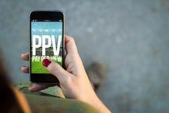 Pay per view de passeio do smartphone da mulher Foto de Stock