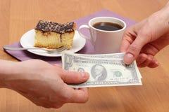 Payant le gâteau au fromage et le café dans le café, concept de finances image libre de droits