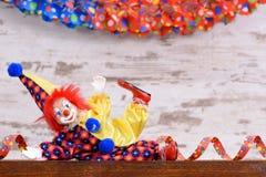 Payaso con el traje colorido en el partido del carnaval Imagen de archivo libre de regalías