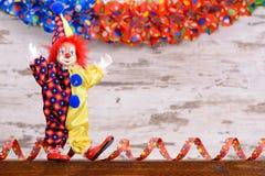 Payaso con el traje colorido en el partido del carnaval Foto de archivo libre de regalías