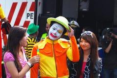 Payaso en el festival de la calle/carnaval sonrientes Imagen de archivo