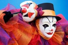 Payaso en la ejecución blanca de la máscara Fotos de archivo libres de regalías
