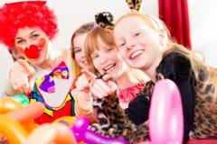 Payaso en la fiesta de cumpleaños de los niños con los niños Imagen de archivo libre de regalías