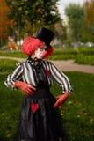 Payaso en peluca roja con en el parque fotografía de archivo libre de regalías