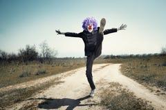 Payaso loco en el camino Foto de archivo