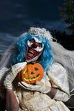 Payaso malvado asustadizo en un vestido de la novia Fotos de archivo libres de regalías