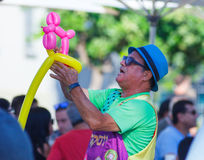 Payaso que hace figuras de los globos en el festival anual de la cerveza Imagen de archivo