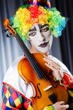 Payaso que juega en el violín Imágenes de archivo libres de regalías