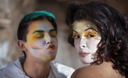 Payaso Trying para besar a la mujer Imagenes de archivo