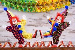 Payasos con los trajes coloridos en el partido del carnaval Foto de archivo