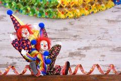 Payasos con los trajes coloridos en el partido del carnaval Imágenes de archivo libres de regalías