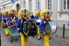 Payasos en desfile de la calle del carnaval Fotografía de archivo