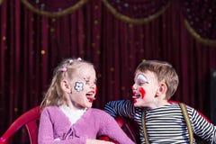 Payasos jovenes que pegan las lenguas hacia fuera en uno a Imagen de archivo libre de regalías