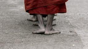 Paye du moine bouddhiste ascétique marchant à la manière à Kyaikhtiyo images libres de droits