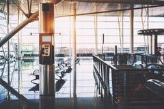 Payez la station à l'intérieur de l'intérieur du terminal d'aéroport Photo stock