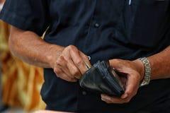 Payez le portefeuille, vieil homme payé, paiement d'argent liquide d'argent Photo libre de droits