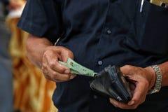 Payez le portefeuille, vieil homme payé, paiement d'argent liquide d'argent Photo stock