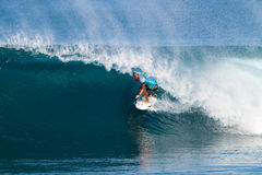 Payne polvoriento que practica surf en los amos de la tubería Imagen de archivo libre de regalías