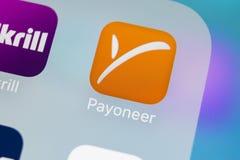 Payoneer在苹果计算机iPhone x智能手机屏幕特写镜头的应用象 Payoneer app象 Payoneer是一网上电子的 库存图片