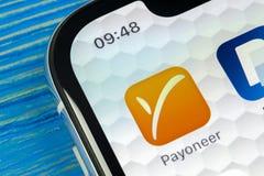 Payoneer在苹果计算机iPhone x智能手机屏幕特写镜头的应用象 Payoneer app象 Payoneer是一网上电子financ 免版税图库摄影
