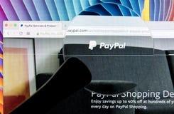 Paypal在一个苹果计算机iMac显示器屏幕上的网站主页在放大镜下 PayPal是国际电子商务事务 库存照片