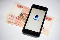 Paypal app aberto no Iphone móvel Fotografia de Stock Royalty Free