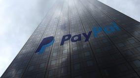 Paypal-embleem op een wolkenkrabbervoorgevel die op wolken wijzen Het redactie 3D teruggeven Royalty-vrije Stock Afbeeldingen