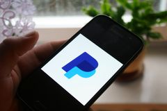 Paypal logo app na Samsung telefonu ekranie obraz stock