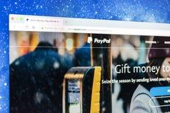Paypal websitehomepage på en Apple iMac bildskärmskärm Paypal är en internationell e-kommers affär låta betalningar och pengar Royaltyfria Foton