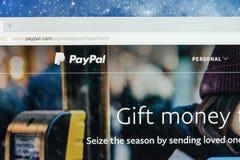 Paypal websitehomepage på en Apple iMac bildskärmskärm Paypal är en internationell e-kommers affär låta betalningar och pengar Royaltyfri Fotografi