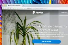 Paypal websitehomepage på en Apple iMac bildskärmskärm Paypal är en internationell e-kommers affär låta betalningar och pengar Royaltyfria Bilder