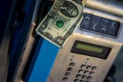 Payphone com nota de dólar Foto de Stock Royalty Free