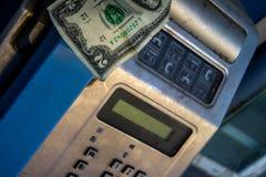 Payphone com nota do dólar americano para dentro Imagem de Stock Royalty Free