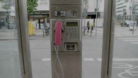 Payphone in de stad van Frankfurt! stock footage