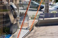 Payphone obsoleto na rua da cidade fotos de stock royalty free