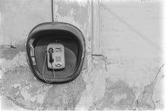 Payphone på den gamla väggen Arkivbilder