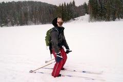 Pays en travers fatigué Skiier image libre de droits
