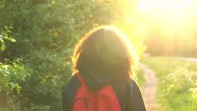 Pays femelle de jeune femme de belle de métis d'Afro-américain adolescente heureuse de fille augmentant avec le sac à dos rouge banque de vidéos
