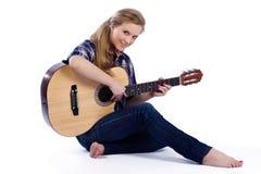 Pays-fille avec la guitare Photographie stock libre de droits